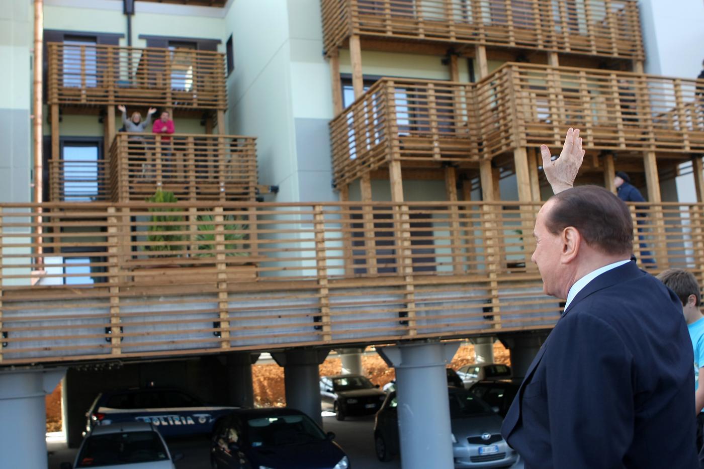L'Aquila, crolla un altro balcone nella new town