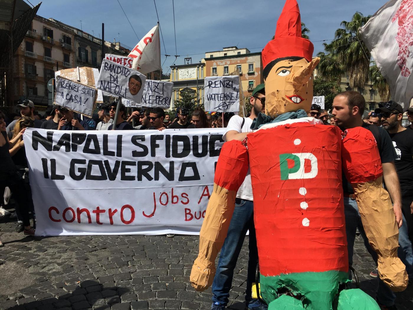 Renzi a Napoli, tensioni e scontri in città