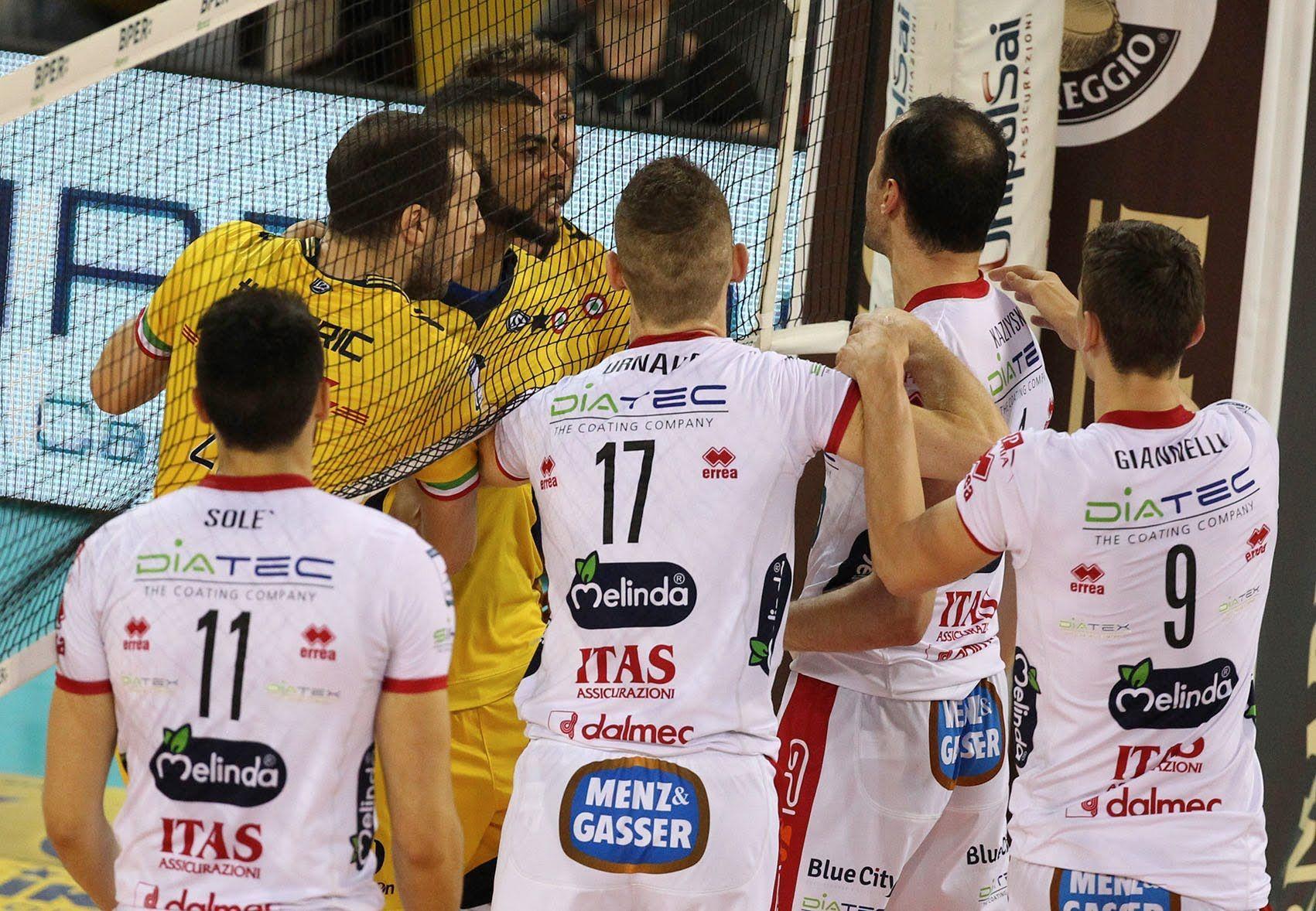 Kaziyski fa il gesto dell'ombrello ai tifosi del Modena