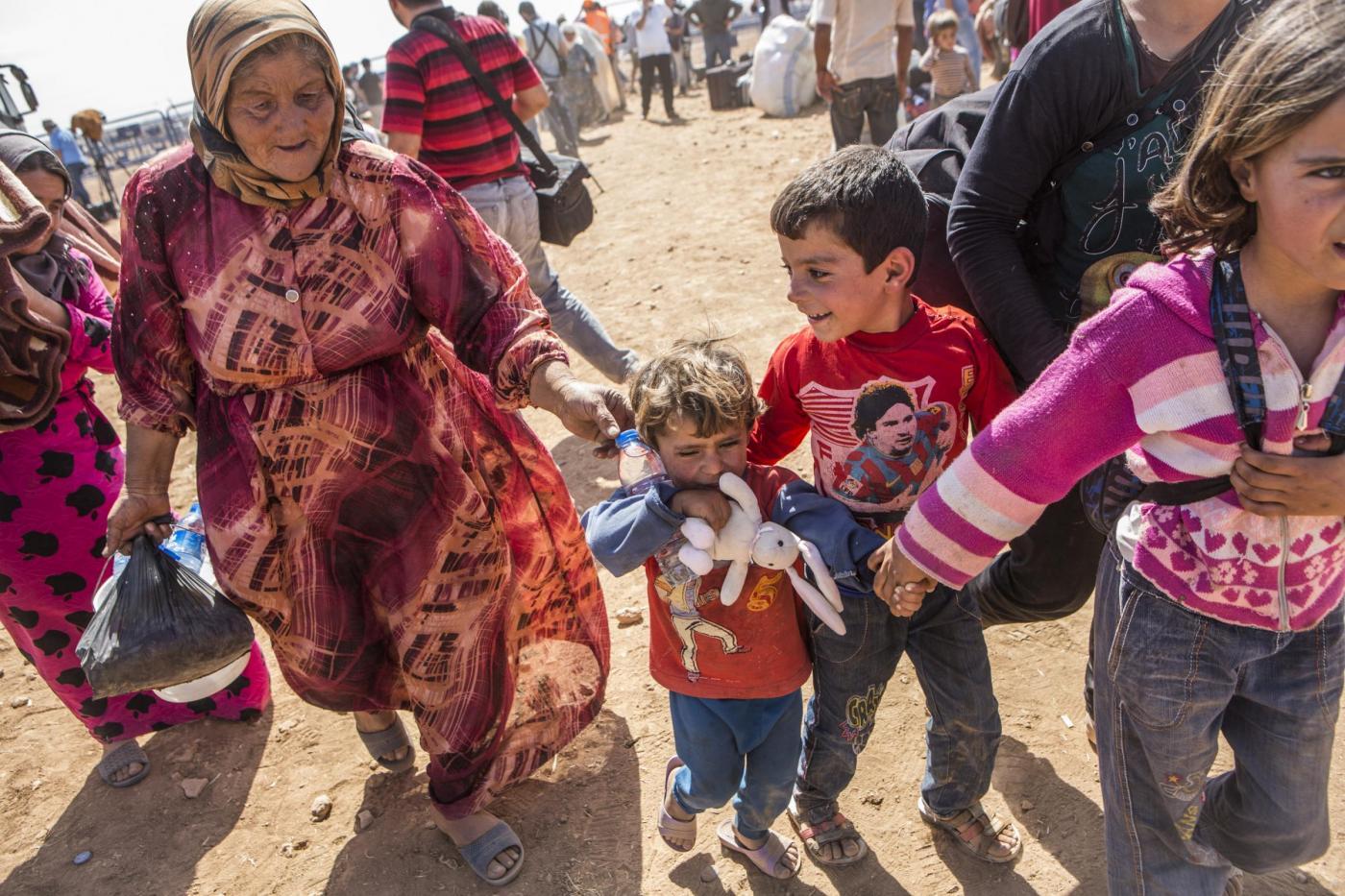 Miglia di profughi siriani in fuga verso la Turchia