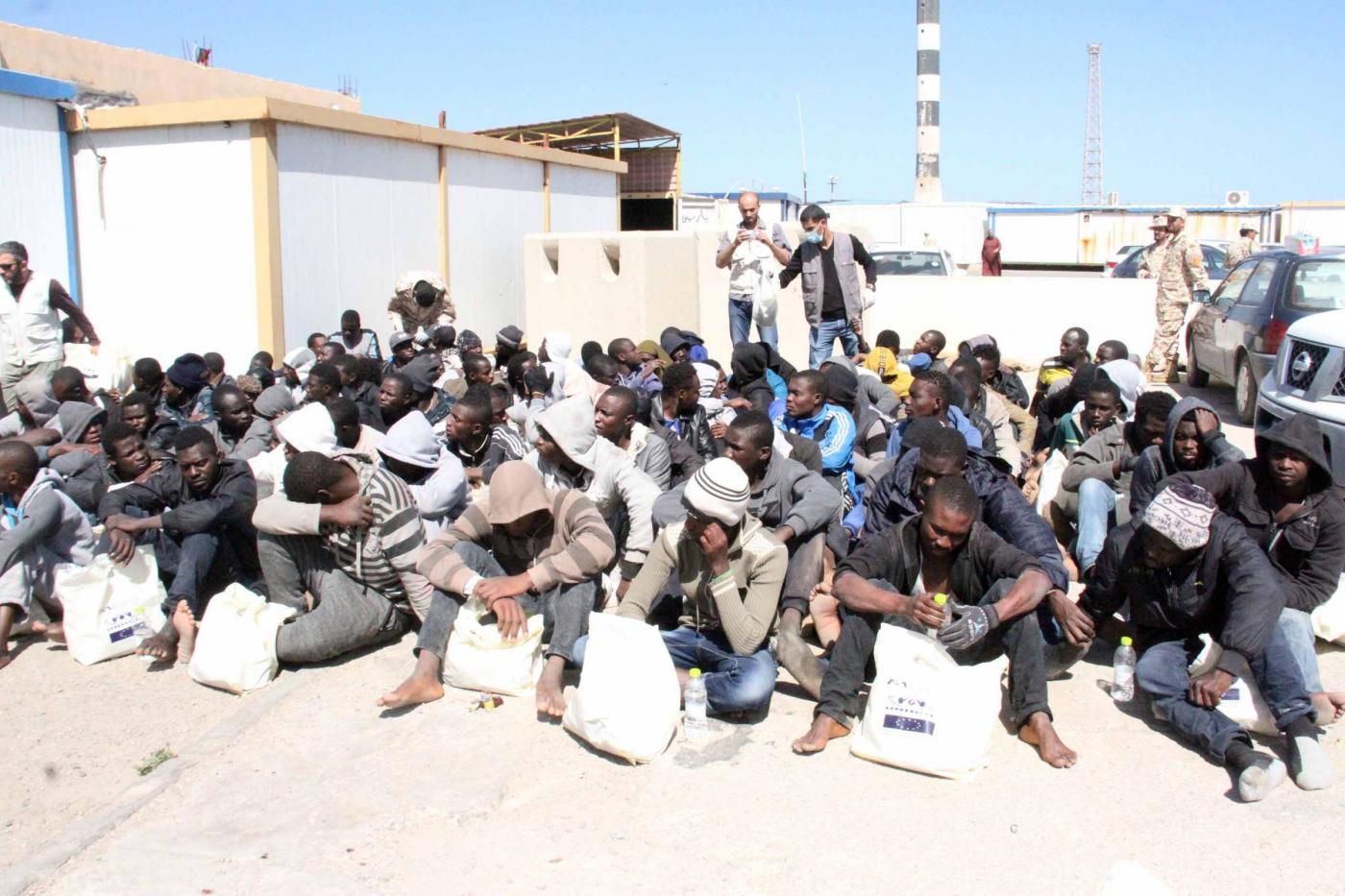 Libia guardia costiera soccorre migranti al largo di Tripoli