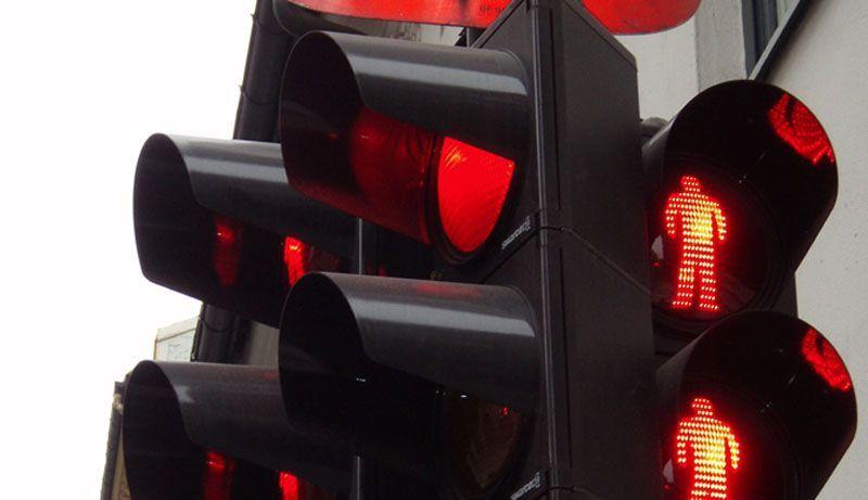 Multa semaforo rosso telecamera: come difendersi dal T-Red