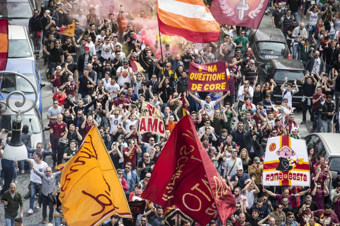 Corteo dei tifosi della Roma a Testaccio prima del derby con la Lazio