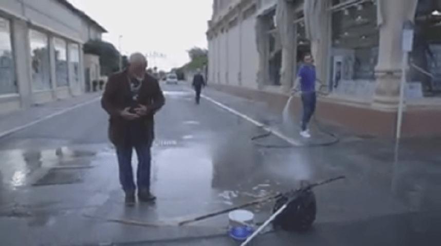 Il web si mobilita per Boris 'l'uomo delle bolle' innaffiato da un commerciante a Viareggio
