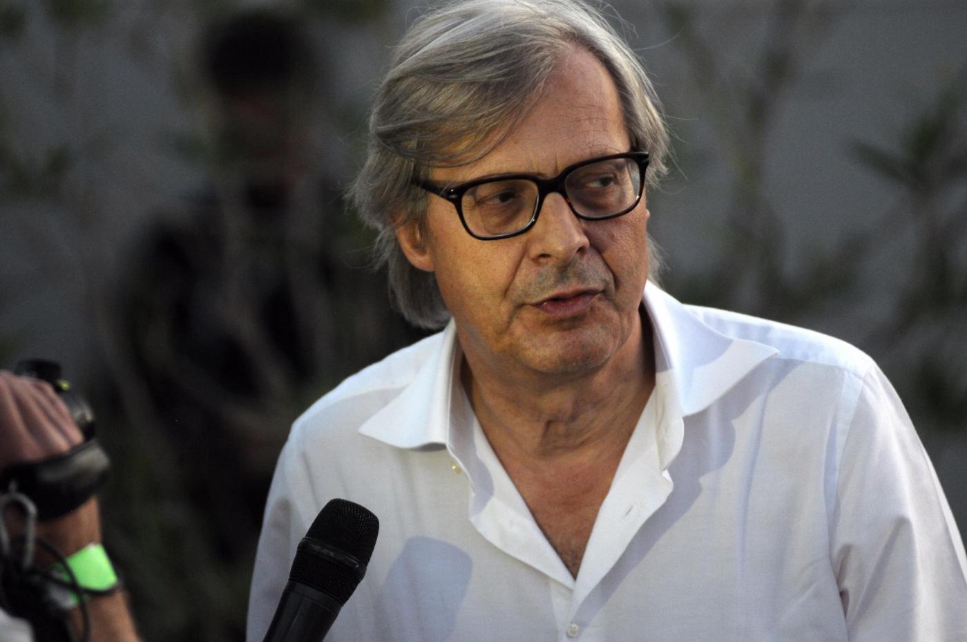 Vittorio Sgarbi senza veli sui social: 'Immotus nec iners'