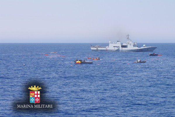 Barcone di migranti si ribalta nel canale di sicilia