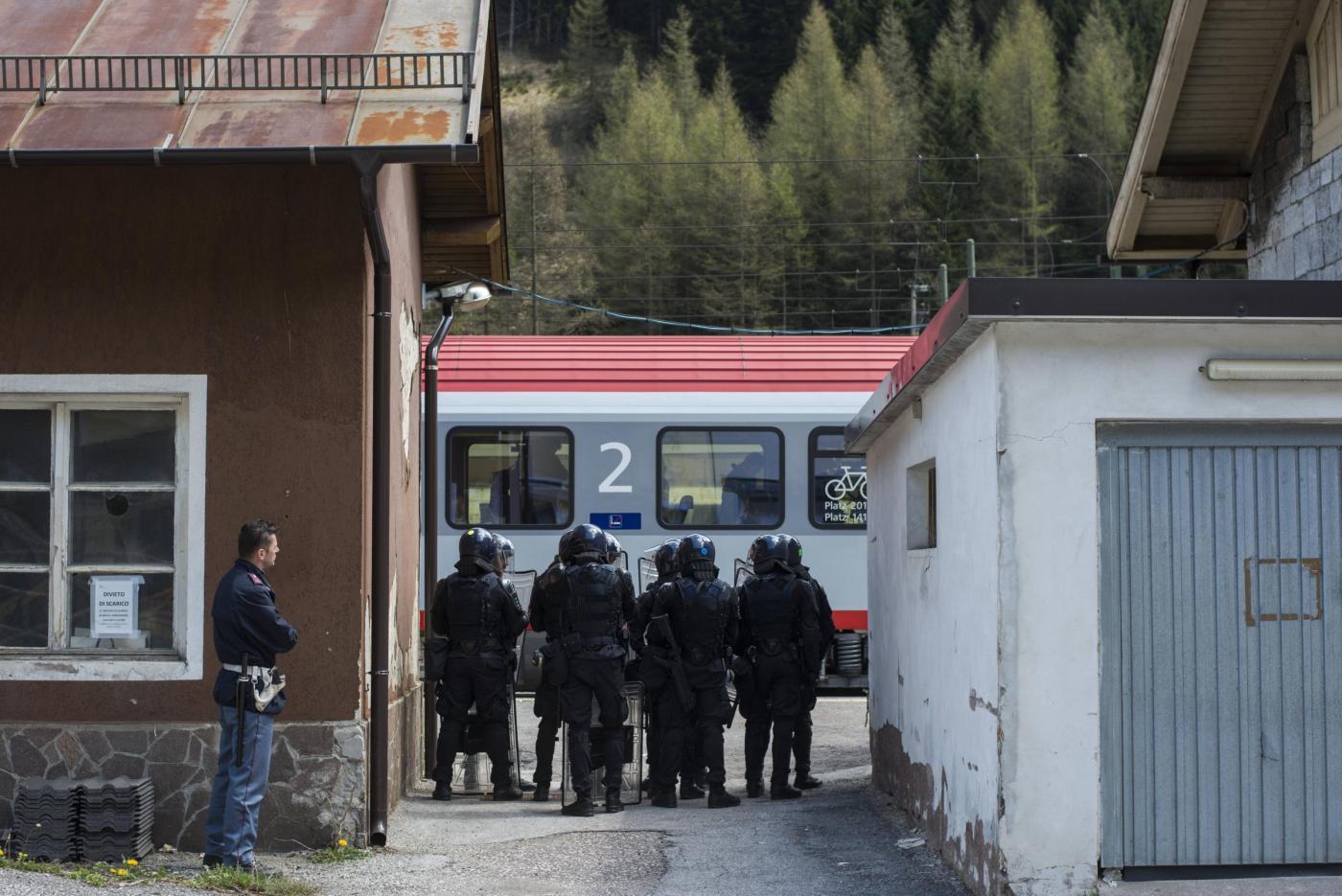 Brennero, scontri alla manifestazione degli anarchici contro la barriera anti-migranti
