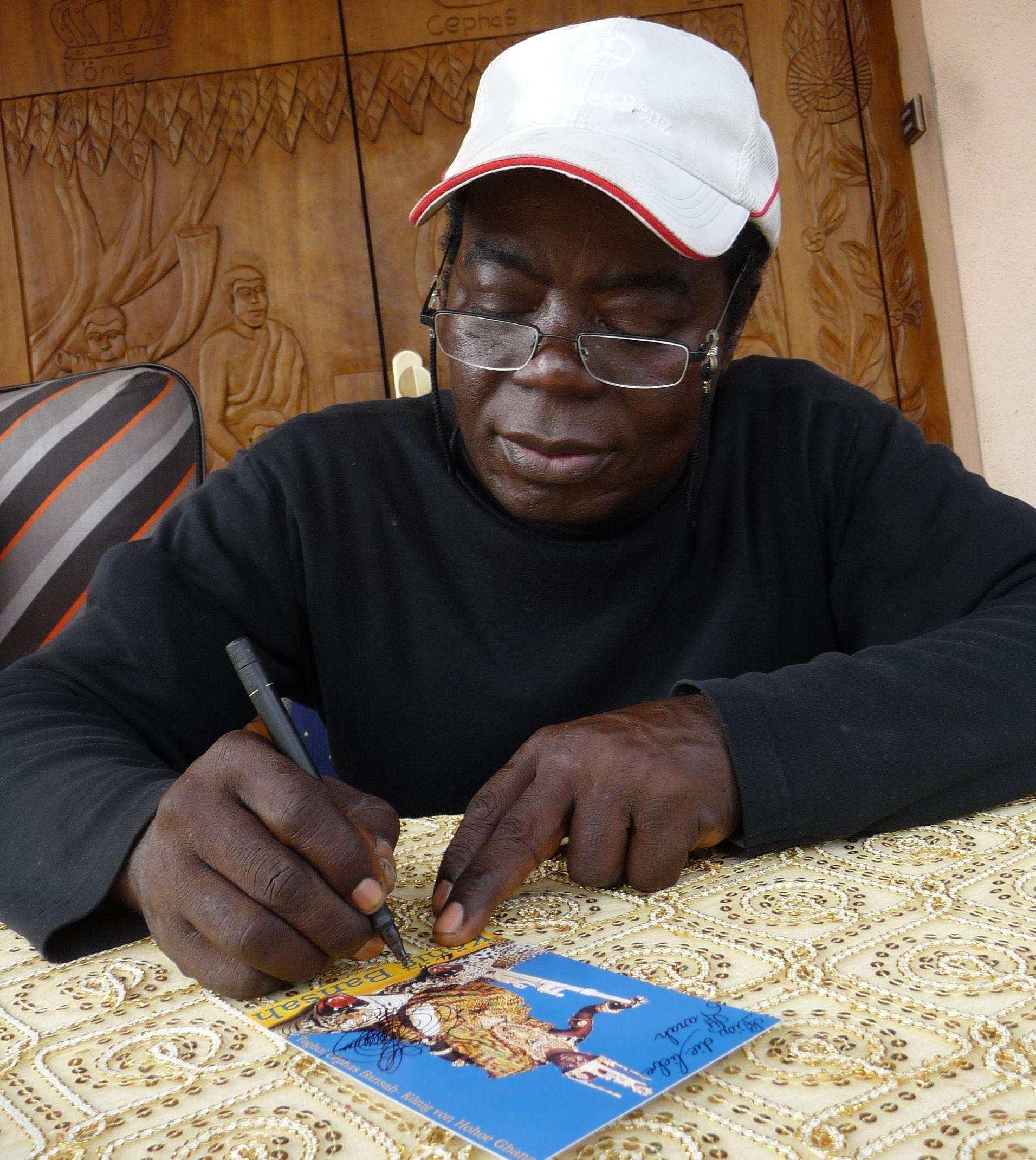 Cephas Bansah, il monarca del Ghana che lavora come meccanico