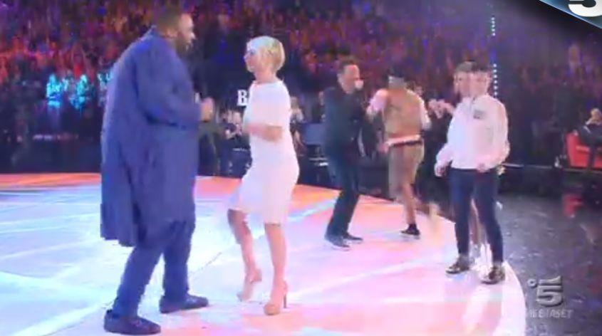 Maria De Filippi balla con Sergio