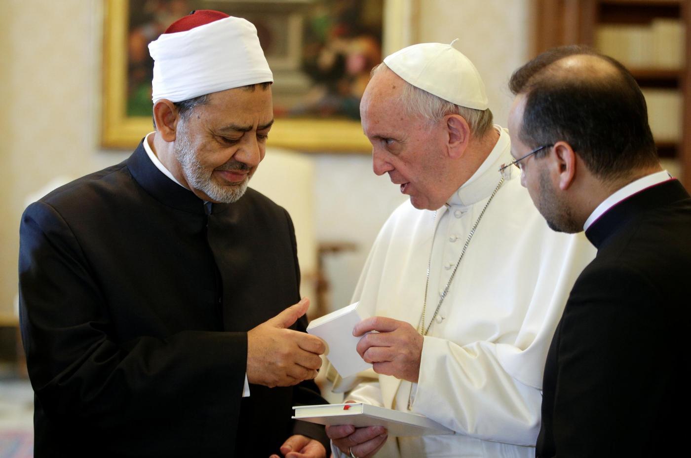 Papa Francesco incontra l'imam di Al-Azhar: 'Impegno comune nella lotta al terrorismo'