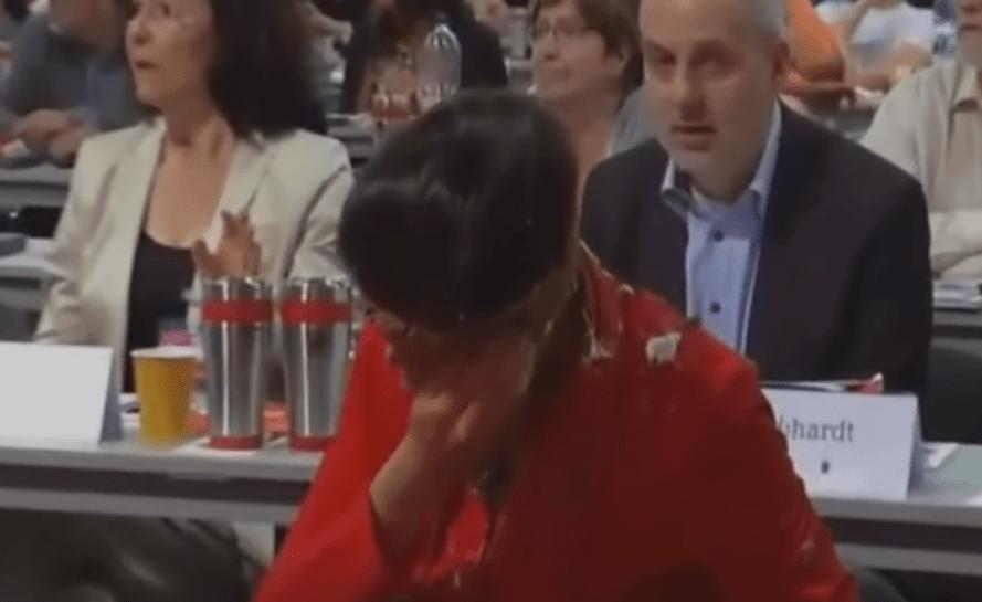 Germania, torta in faccia alla leader di sinistra per la frase contro i migranti