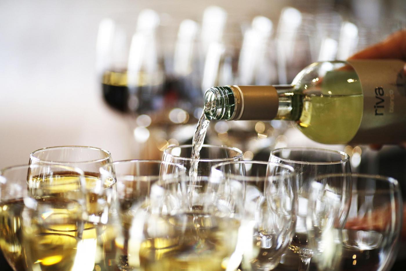 Vino gratis agli alcolizzati per farli smettere di bere, la nuova frontiera del volontariato