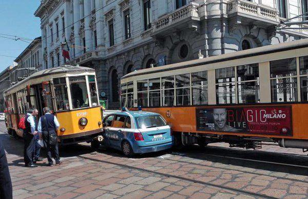 auto della polizia incastrata tra due tram a Milano