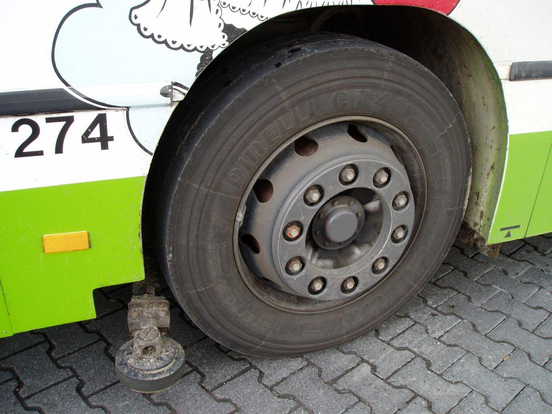 bus della gita scolastica fermato per rischio esplosione gomma