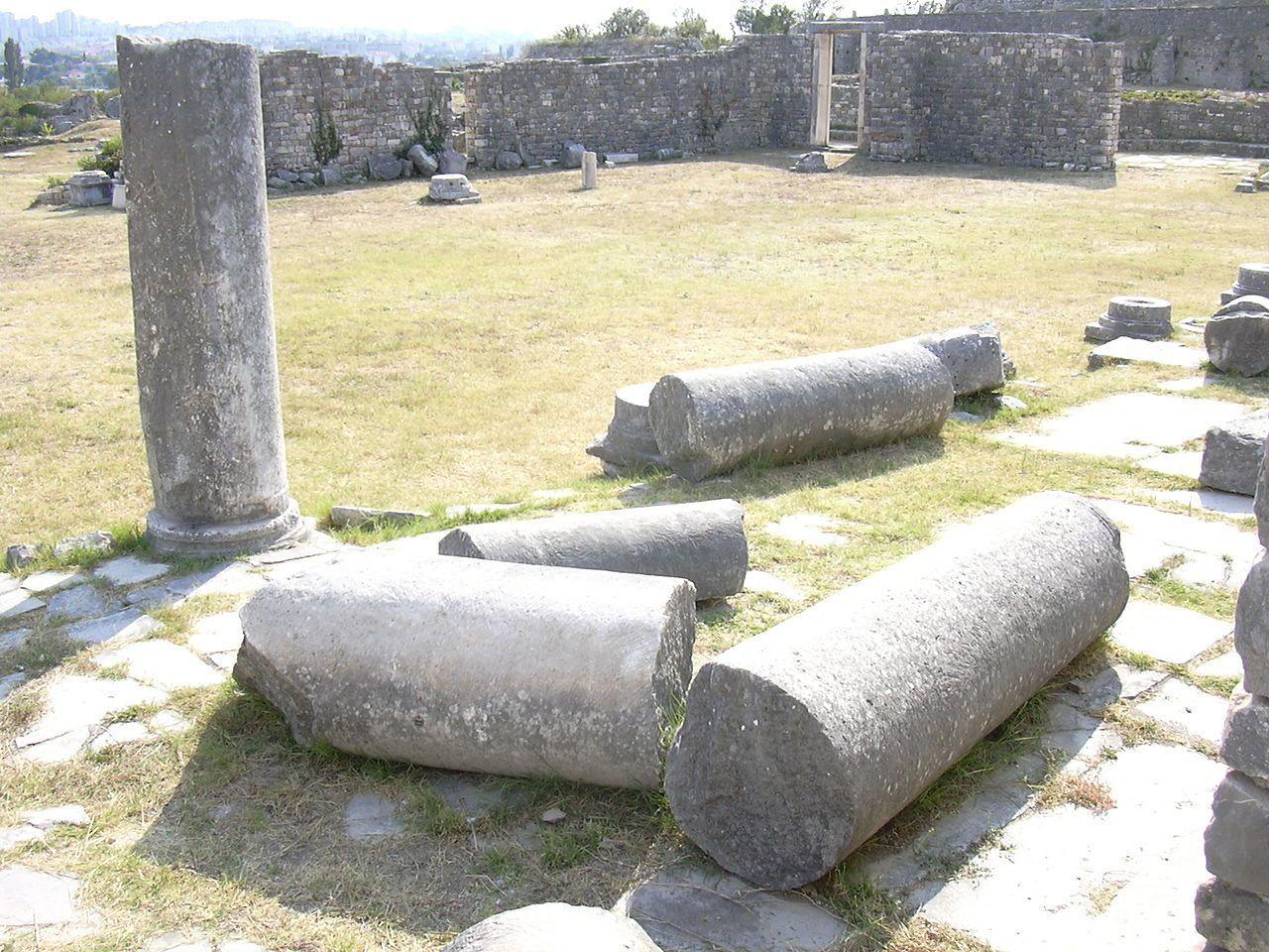 Roma, trovata colonna di epoca romana in giardino privato: donna denunciata