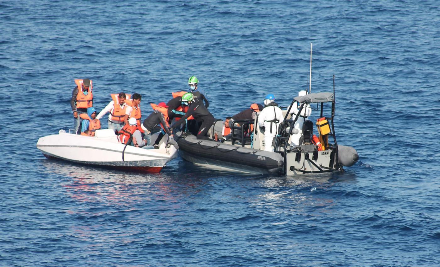 Migranti, la piccola Favour commuove l'Italia