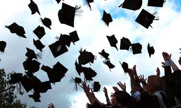 Università inglese mette al bando il lancio del cappello: 'Troppo rischioso'