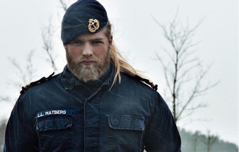 """Lasse """"il Vichingo"""", dalla Norvegia l'ufficiale gentiluomo che ha conquistato il web"""