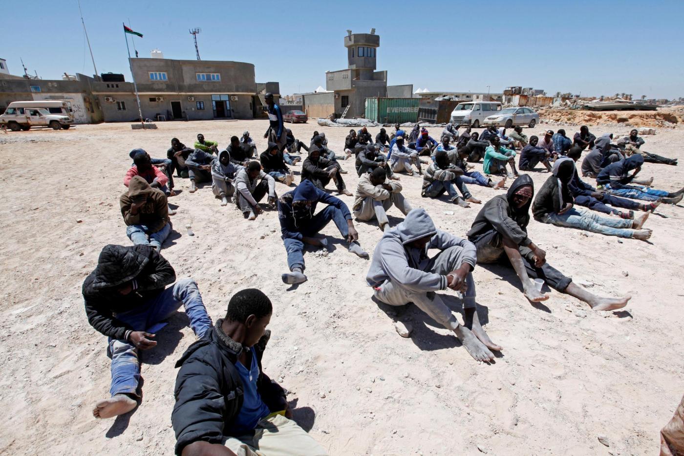 Tripoli, migranti in attesa di imbarcarsi per l'Europa