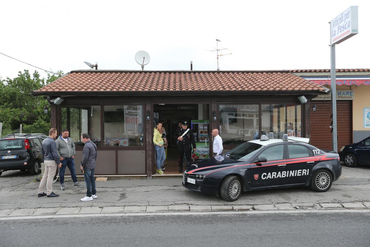 Giugliano, spari contro un bar: ferita ragazza immagine