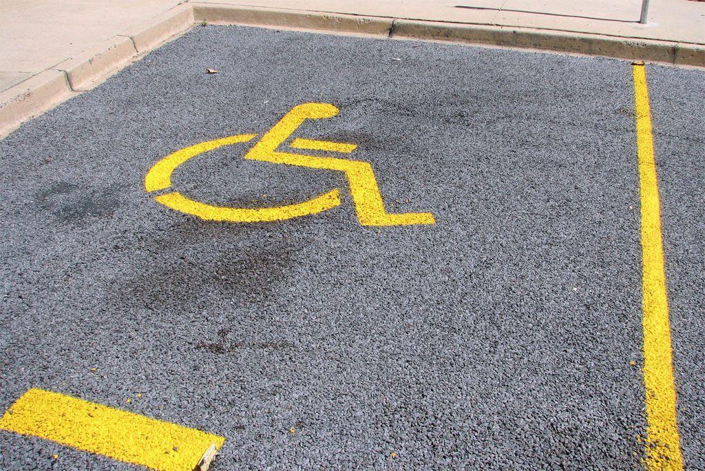 Parcheggio per disabili, l'occupazione abusiva dei vigili provoca un caso