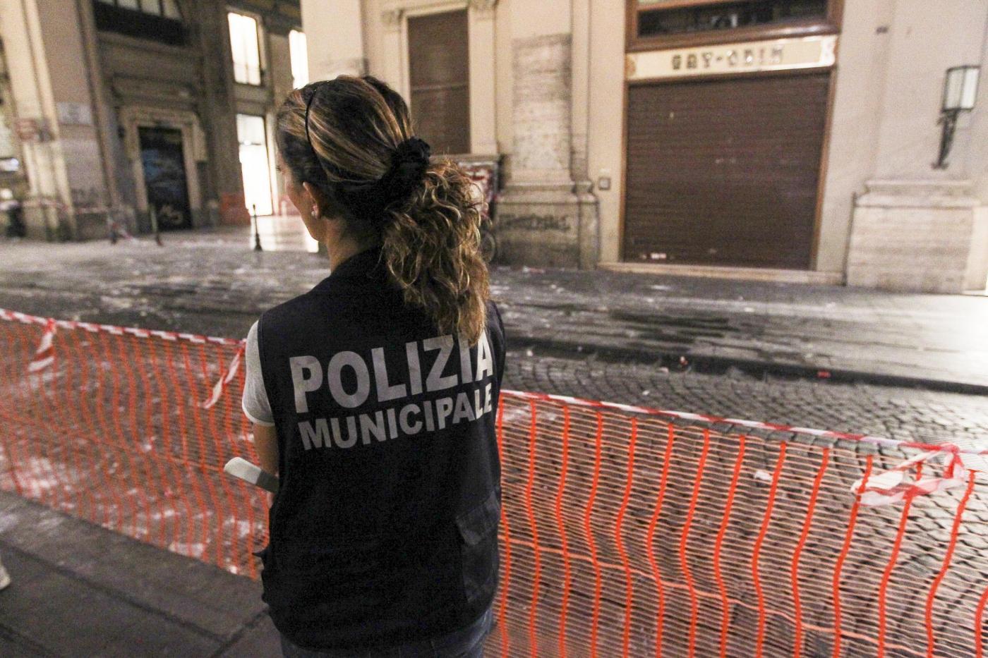 Napoli, cadono calcinacci ferito un ragazzo