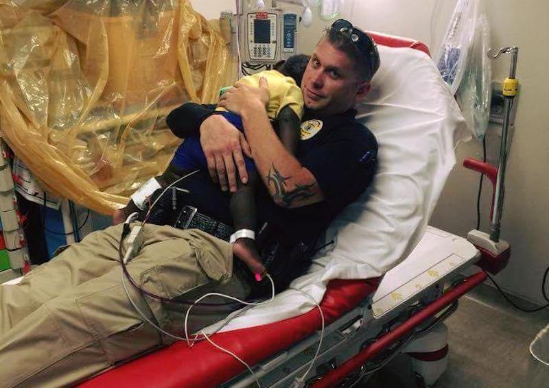 Poliziotto consola bimbo in ospedale e la foto diventa virale