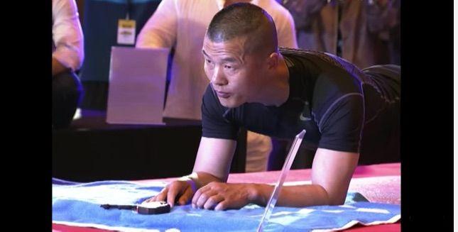 record poliziotto cinese addominali