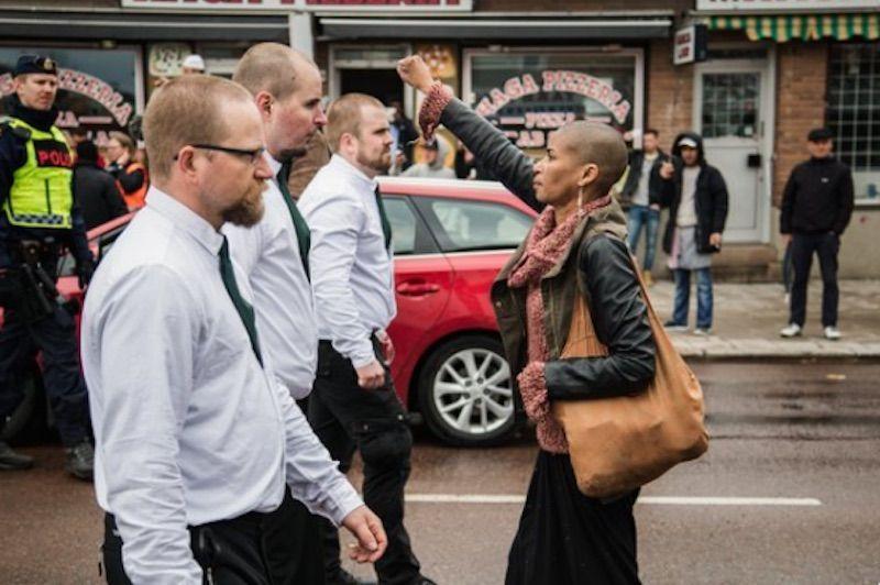Svezia, la protesta coraggiosa di Tess davanti a 300 neonazisti