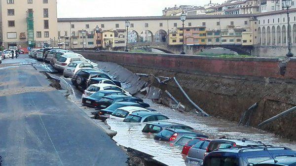 Chi paga i danni alle auto della voragine di Firenze?