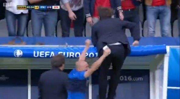 Conte e l'esultanza sfrenata appeso alla panchina al gol di Pellé