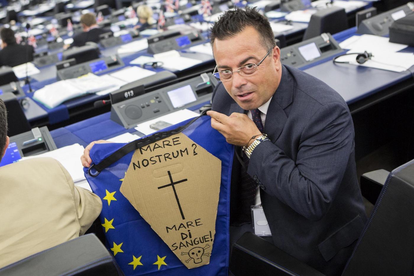 Gianluca Buonanno protesta durante il dibattito con Matteo Renzi