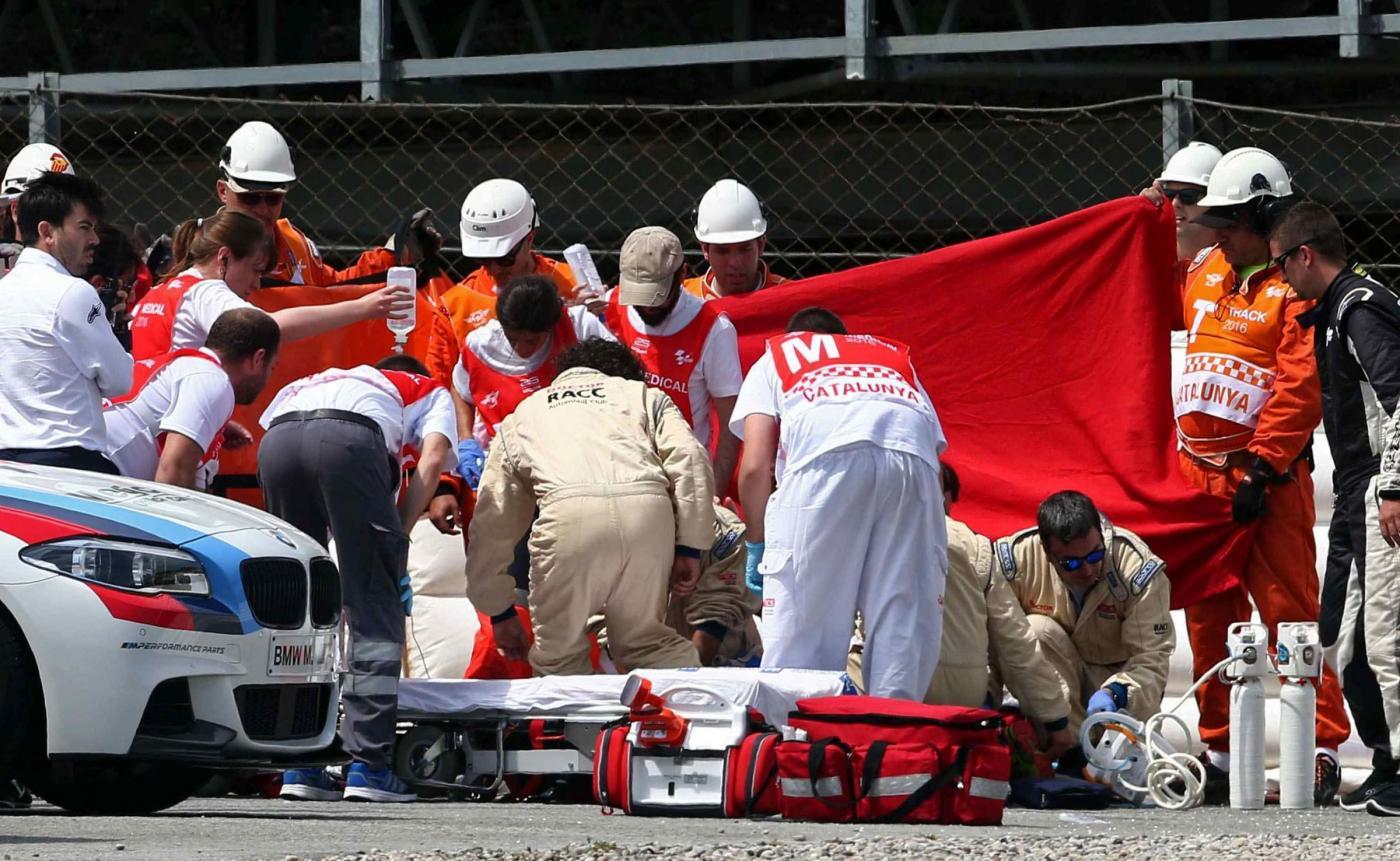 Moto2, brutto incidente per Salom a Barcellona: è grave