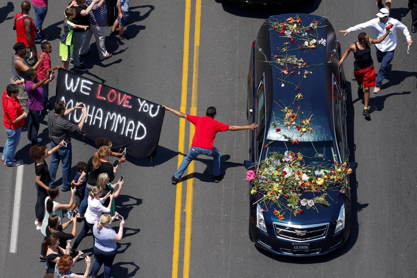 Muhammad Ali: grande folla e celebrità al funerale
