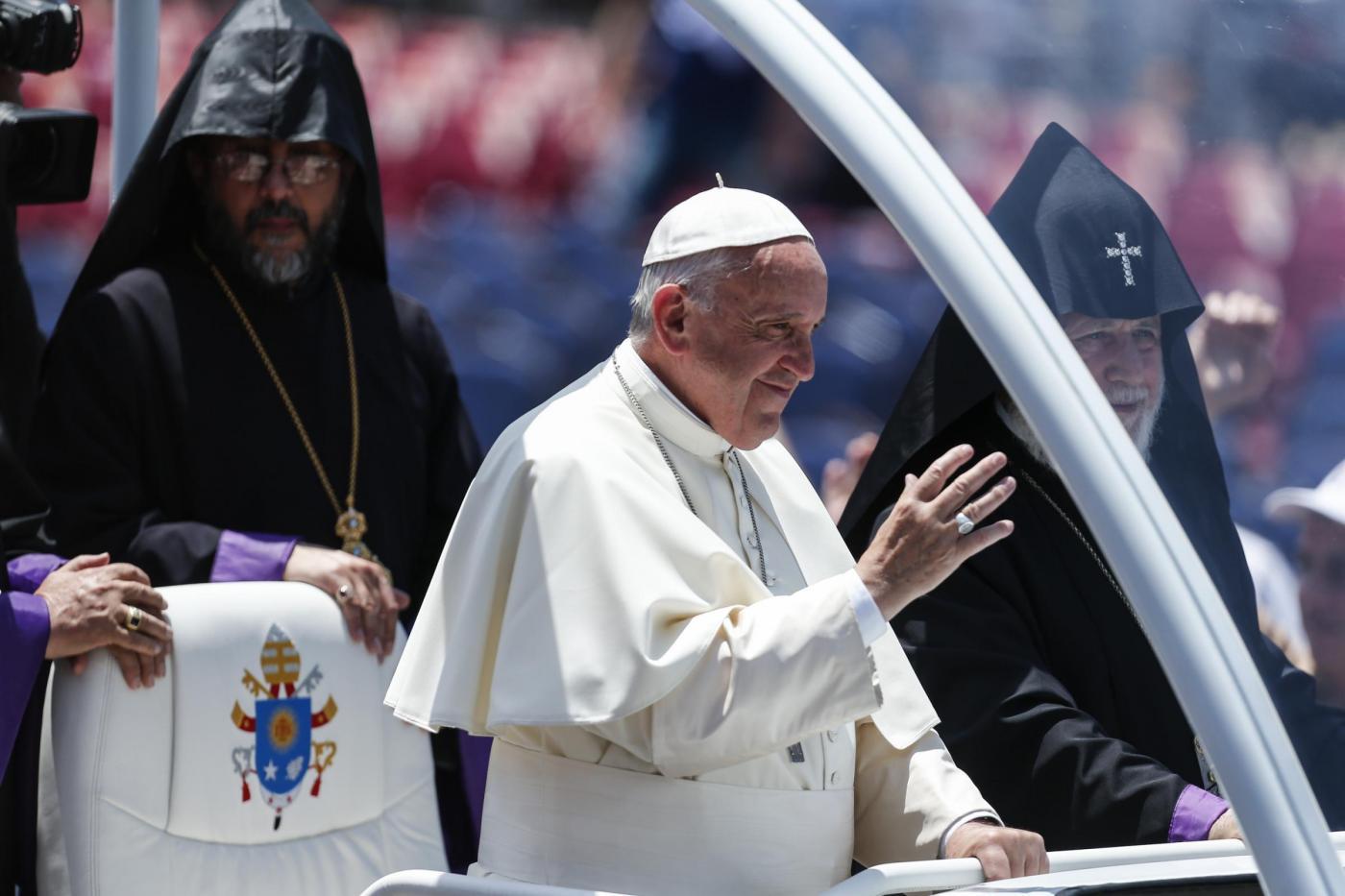 Armenia, Papa Francesco saluta la folla dopo la Santa Messa