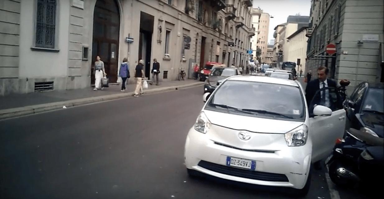 Parcheggio in doppia fila per Beppe Sala a Milano