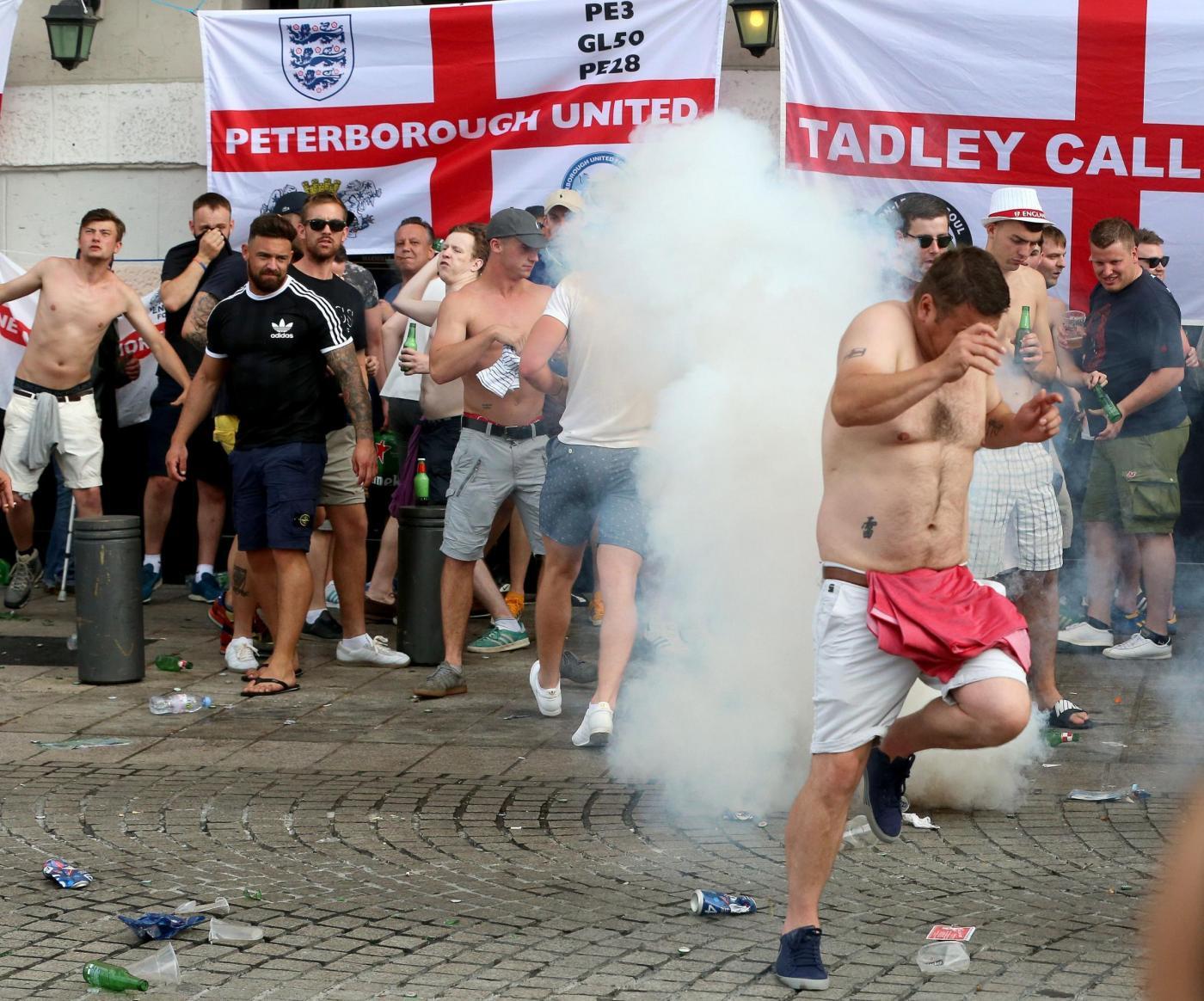 Euro 2016, scontri a Marsiglia tra hooligans inglesi, russi, francesi e polizia
