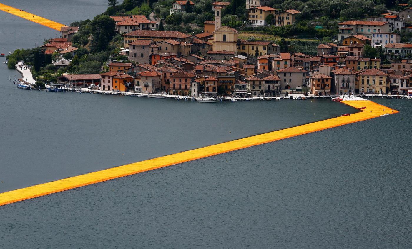 Christo e l'opera sul lago d'Iseo, critiche e polemiche al The Floating Piers