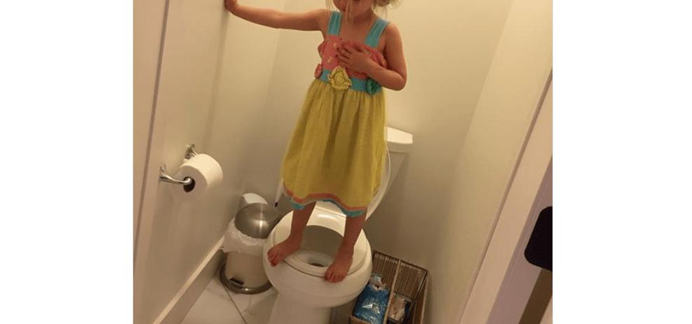 bambina su wc post contro le armi