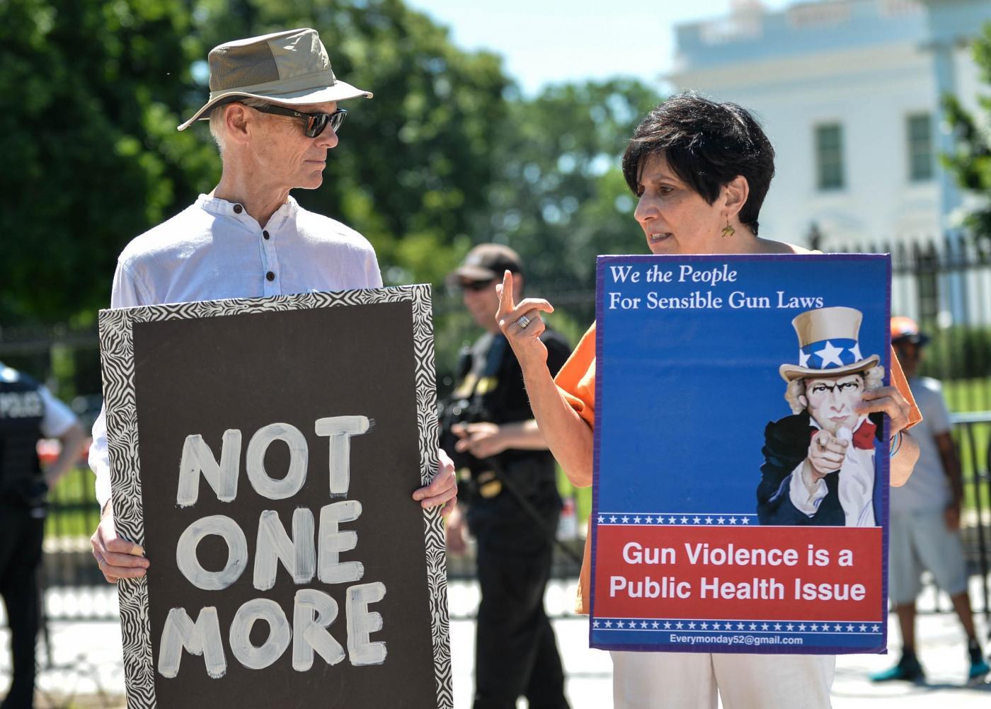 Strage di Orlando: il giorno dopo tra dolore, rabbia e polemiche
