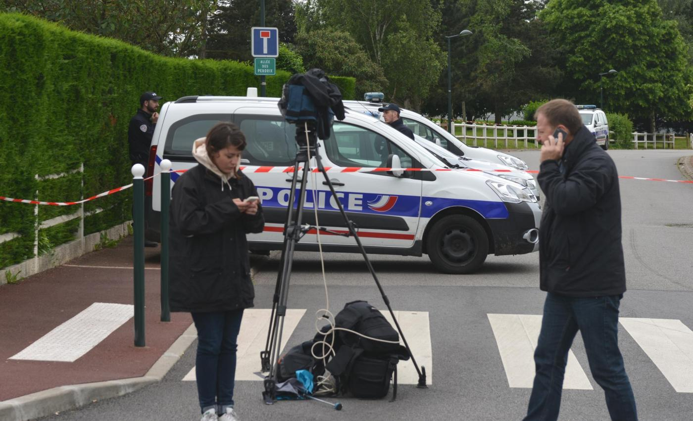 Parigi, terrorista uccide coppia di poliziotti: Isis diffonde un video dell'attentatore