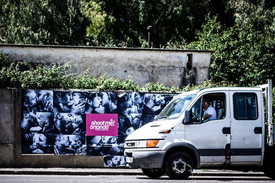 Sardegna, bruciate le foto dei baci gay affisse in memoria della strage di Orlando
