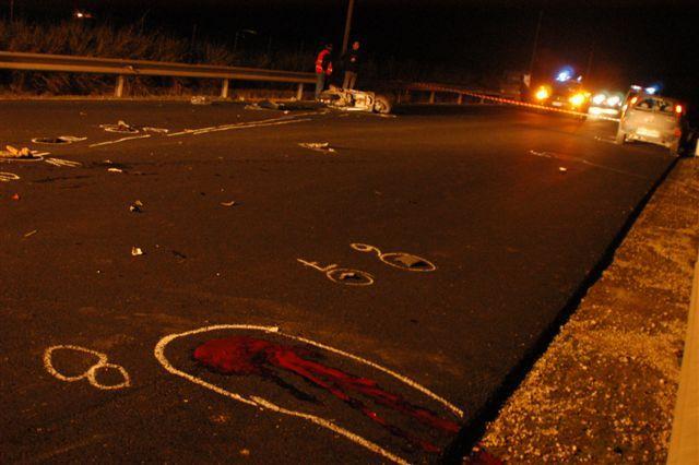 Roma, travolge uno scooter e scappa: morti due giovani