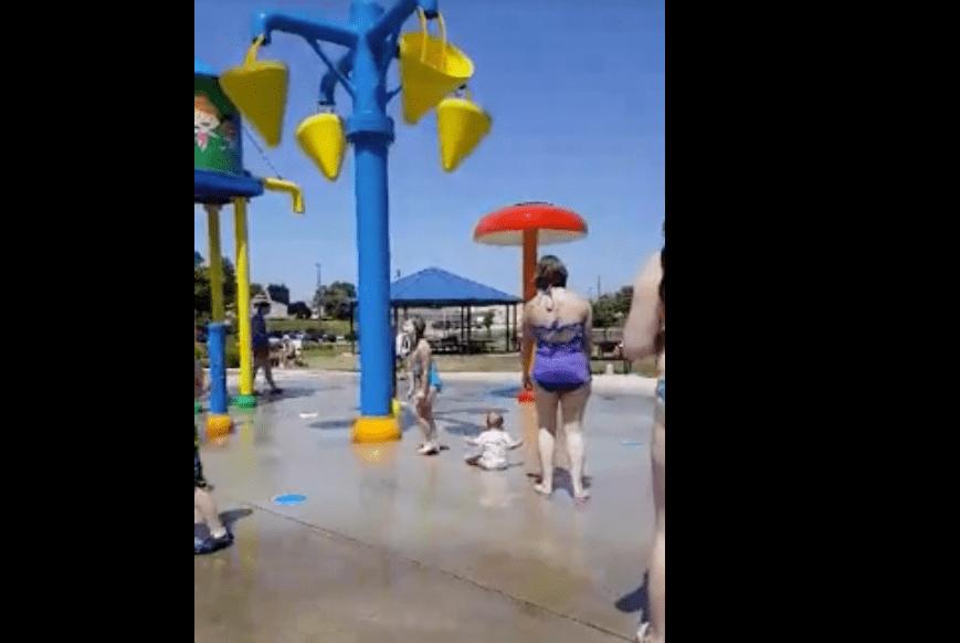 Indiana, babysitter tortura bambina all'acqua park e il filmato diventa virale