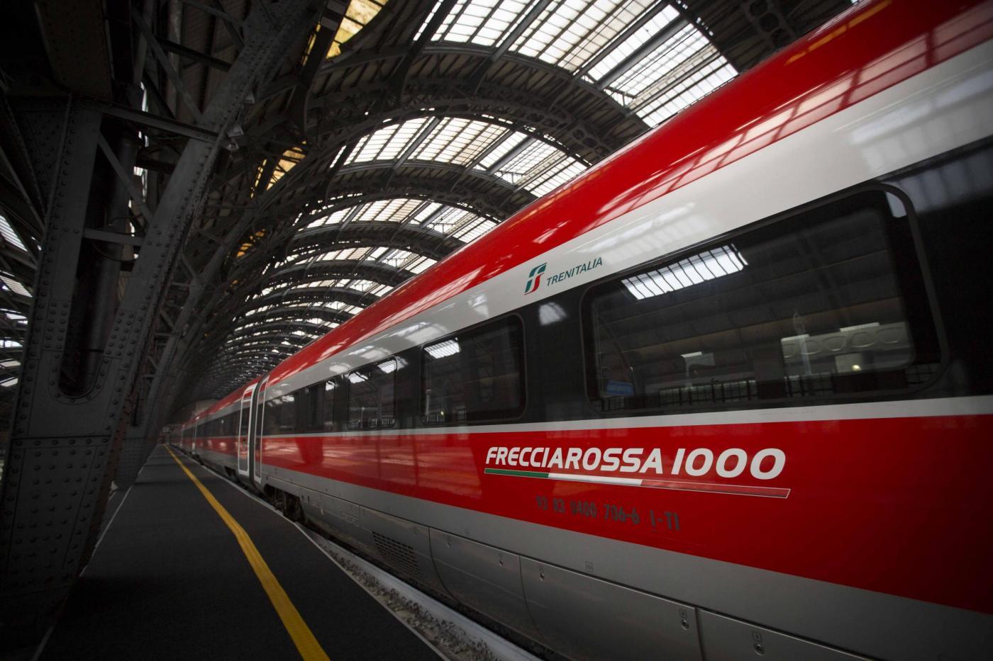 Aspirante suicida si butta sotto a un treno che va a 300 km l'ora: illeso