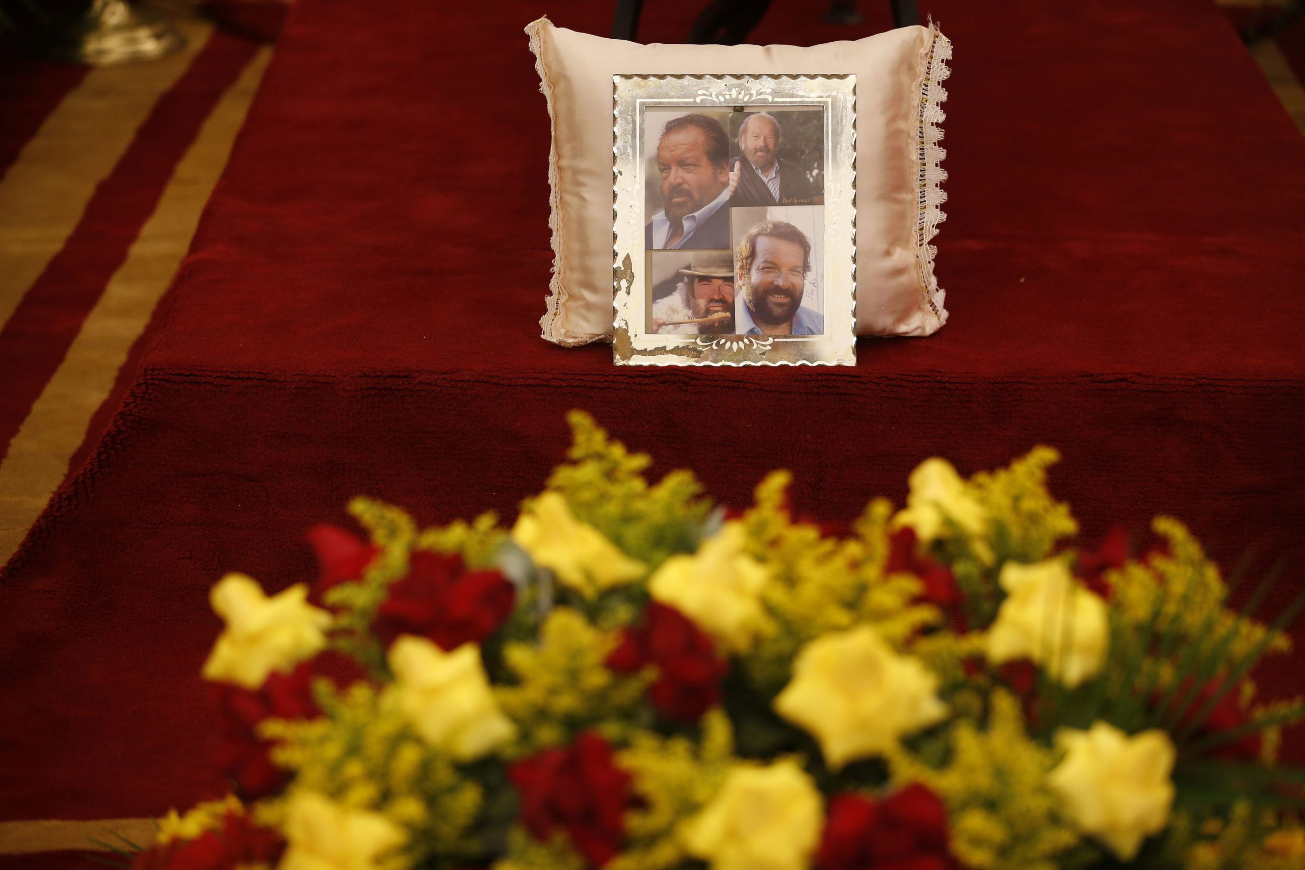 Morte Bud Spencer, i funerali dell'attore a Roma: Terence Hill commosso