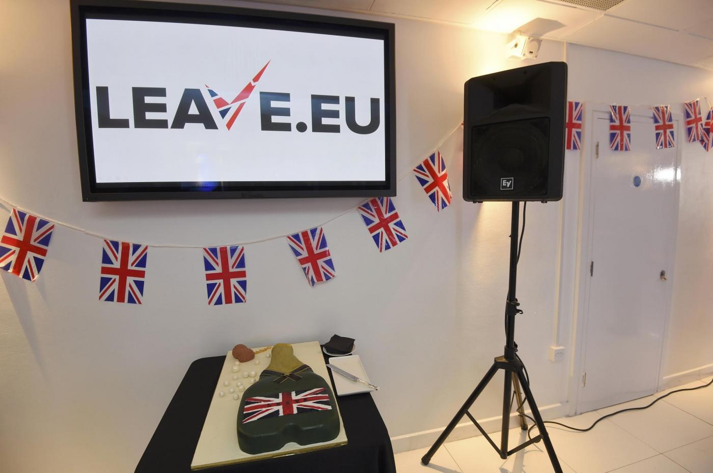 Brexit, la Gran Bretagna lascia l'UE: festeggiamenti vittoria con Nigel Farage