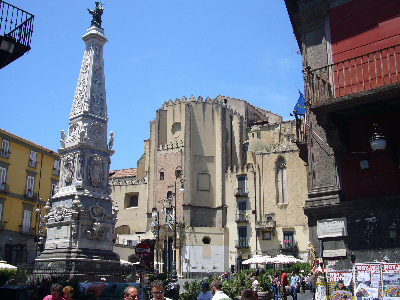Napoli, studente si arrampica sull'obelisco: cade e muore