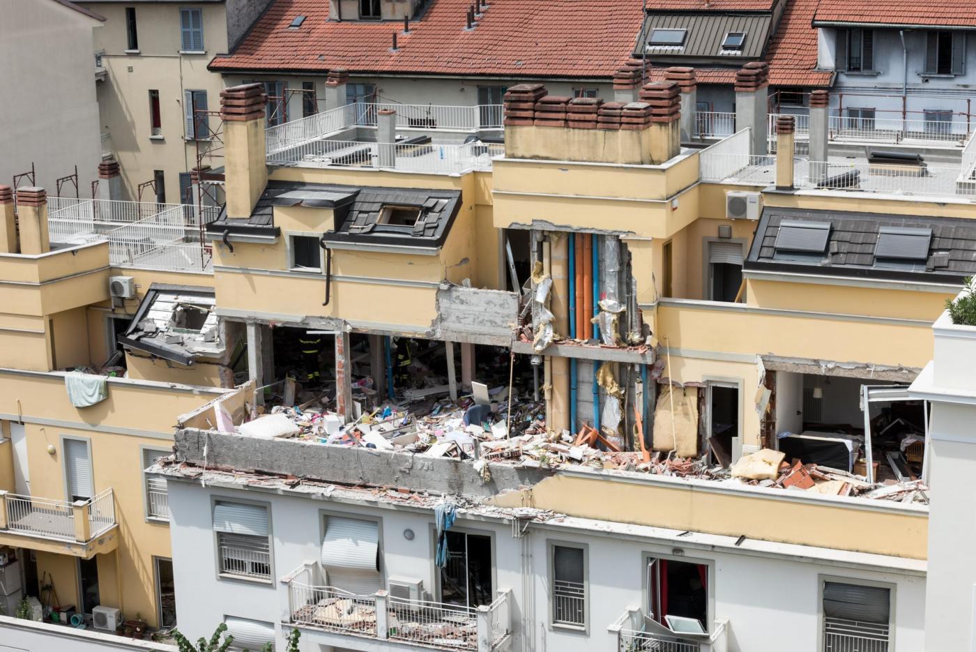Milano, esplode palazzina per fuga di gas: tre morti e quattro feriti, si continua a scavare