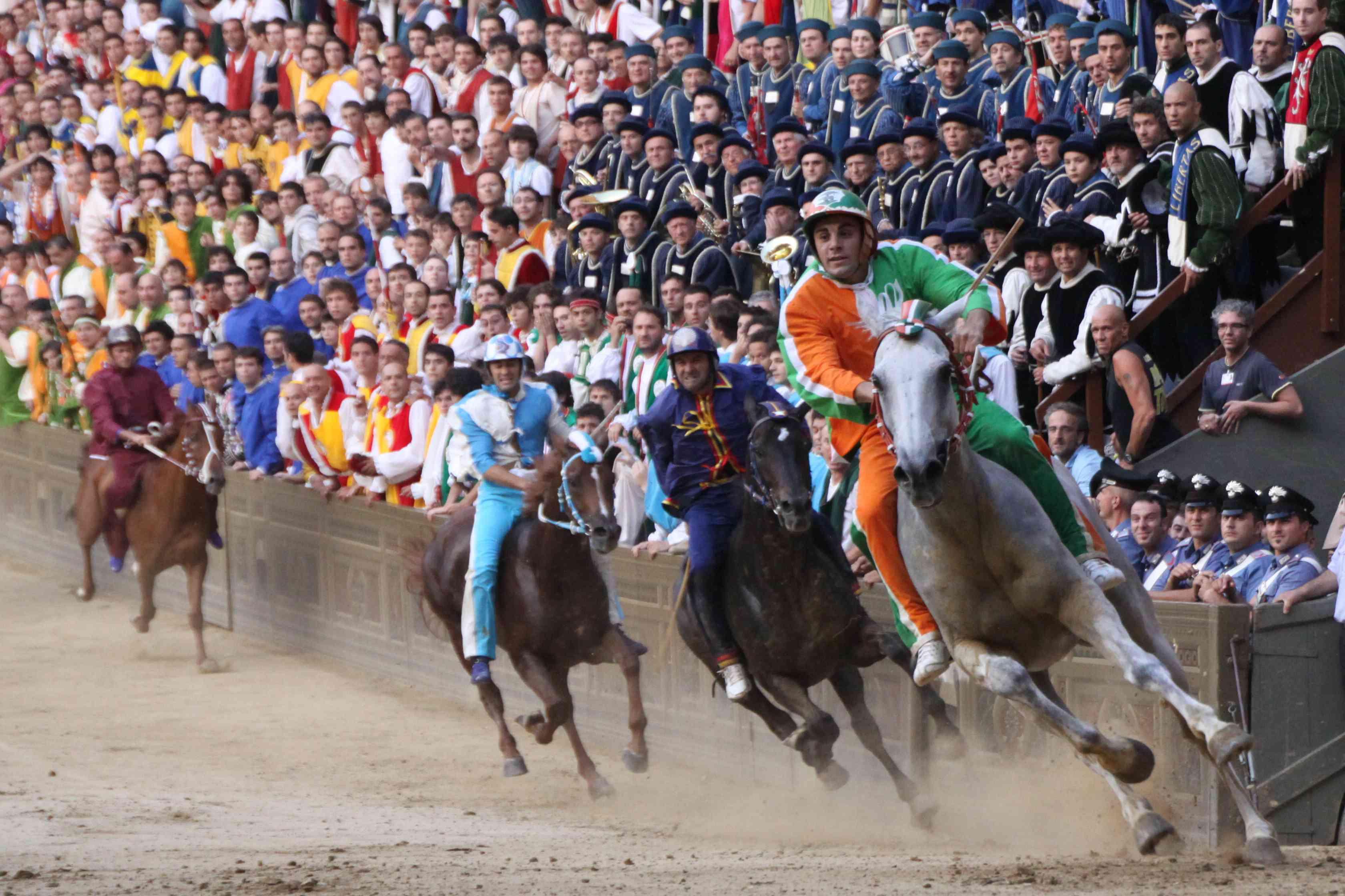 Palio di Siena e maltrattamenti sui cavalli: i casi famosi